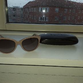 Gucci dame solbriller sælges...    Brillerne er fra sidste år, men har desværre allerede fået lidt småridser på glassene...    Sælges derfor også pænt billigt, ift butiksprisen på ca 2800.kr..    Kommer incl originalt etui..     SE OGSÅ MINE ANDRE ANNONCER.. :D