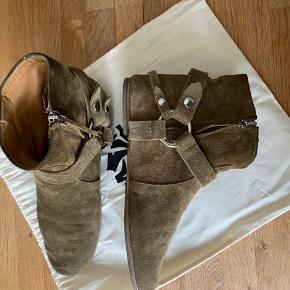 Isabel Marant Ralf støvler i brun str.38, jeg har sat dem som 'god men brugt' da jeg har brugt dem, men som det ses er de i rigtig fin stand og i bedre stand end angivet. Jeg sælger kun hvis jeg får rette bud.   Respekter venligst at jeg ikke bytter og køber betaler porto samt gebyr ved tspay.