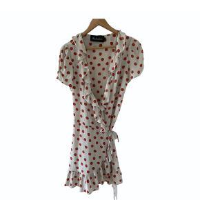 Realisation Par kjole i størrelse medium. Kun brugt få gange til særlige lejligheder, så standen er god. Materialet er 100% silke.