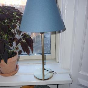Blå lampeskærm, guld farvet lampe - sættet er fra IKEA. Afhentes på frederiksbjerg Århus C.