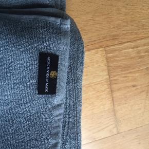 Luksus og bløde  bade/håndklæder fra Georg Jensen  ubrugt, i gråblå farve i 100 % ægyptisk bomuld  2 stk 70x140 2 stk 50x100 2 stk 100x140