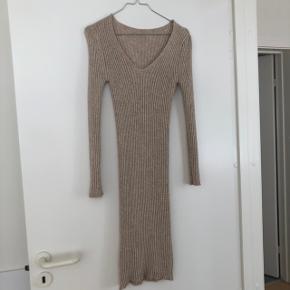 Lækker kjole med stræk. Kan passe både xs-m. Er flot til gravide.