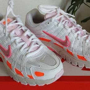De populære sneakers fra Nike i str 37,5. De ligger i str 36,5 og 37,5.... så passer str 37 også. Ubrugte og stadig i æske.
