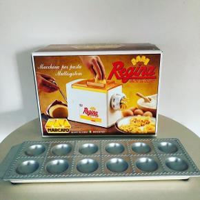 Pasta Maker - lav din egen pasta 🍝🙌🏻 Pastamaskine med forskellige indstillinger, så du kan lave pasta i forskellige former og størrelser + bakke til ravioli 👌🏻 Hele herligheden er købt i Italien. Samlet 135 kr. 🇮🇹