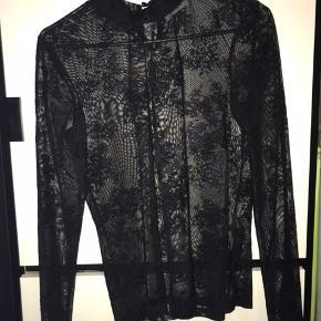 Sælger denne sorte gennemsigtige bluse. God til fester og andre begivenheder. Den er som ny, aldrig brugt og er en str S, men kan sagtens bruges af en str M.