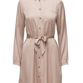 Lækker kjole i satin med bindebånd. Prisen er fast 😊