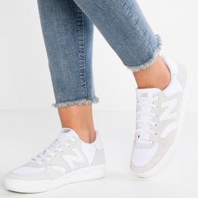 New Balance WRT300. Brugt én gang, hvilket kan ses en anelse da skoen er hvid - hvilket også kan ses på billederne :-)