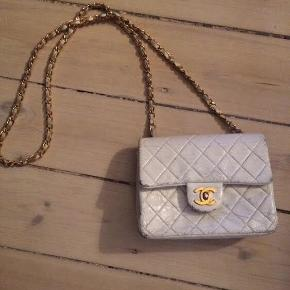 Chanel taske vintage, med slidtage. Men stadig fin, kan farves om så den bliver som ny.   Dustbag medfølger. 100 % ægte, som alle mine andre varer.   Bytter ikke.