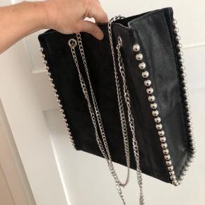 Næsten helt ubrugt taske fra Zara. Brugt to gange. Fremstår som ny. Afhentning på Frederiksberg.