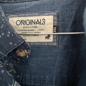 Skøn skjorte fra Jack & Jones str xxl mørkeblå med frækt mønster