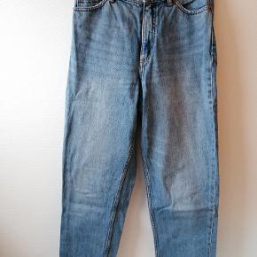 Jeans fra Monki (model: Taiki). Højtaljet med wide fit i bukseben. Str. 28, så passer en S/M. Fremstår i super fin stand - kun brugt 3-4 gange 😊  Sender gerne flere billeder, samt billeder med tøjet på.  Sender på købers regning med DAO 👍🏼