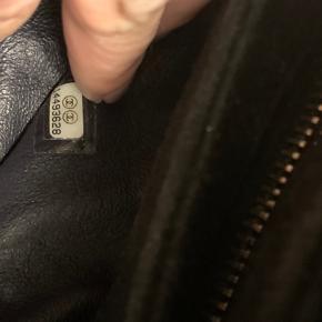 Sort stof taske fra Mademoiselle kollektionen. Kæde intakt men stoffet er falmet. Men den har stadig gode år på bagen