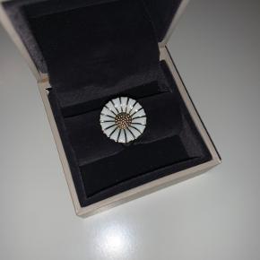 Smuk Georg Jensen Daisy Marguerit ring i den store model. Str. 54. Ringen er yderst velholdt.