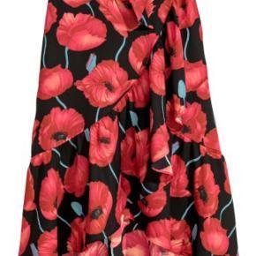 Rigtig flot populær slå-om nederdel fra H&M i størrelse 42. Aldrig brugt kun prøvet på. Se billeder for at se, hvordan den sidder. (Det er ikke mig på billederne)
