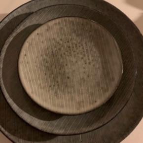 Broste tallerkner.  3 middagstallerkner  1 frokost.  1 kage.   En middagstallerken har et skår (se billede)   Skal afhentes i Kbh.