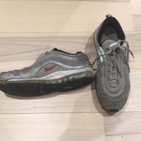Air max 97 fra 2006. Tag dem for kun 200kr! Venstre sko er punkteret (ikke noget man mærker) og snørrebåndet på højre sko er sprunget Cond: 3/10 Har boks