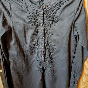 Superfin design tunika, fejler intet Fine detaljer med knapper og broderi, 9 cm slids i hver side..over bryst 45 cm og længde 69 cm