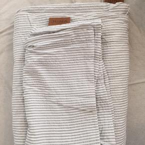 Grå/hvid stribet dynebetræk af mærket JUNA til enkeltmandsdyne