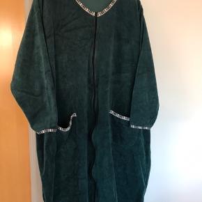 Dejlig morgenkåbe i grøn velour og fine kanter. Lommer. Mærket Pronto str xl. Købt  hos Lis G i Kolding.  Brystvidde 2x80. Ikke brugt meget.