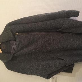 Varetype: Veto smuk jakke Farve: Grå Oprindelig købspris: 1499 kr.  Bytter ikke   handler gerne via mobile pay  Bm ca 132 cm længde ca 90 cm  80 % polyester og 20 % uld