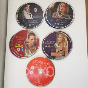 Gossip Girl serie - sæson 1-5 Dvd'erne er ikke i indpakning, men er opbevaret i dvdmappe, så de er ikke ridset.  Stand: perfekt Prisen er fast og for alle 5 sæsoner samlet