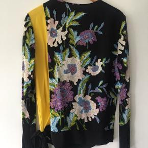 Dvf silkeskjorte, som kan bæres enten med bar ryg eller eller dyb nedskæring. Justeres i siden med bånd. Brugt og håndvasket en enkelt gang. Som ny!