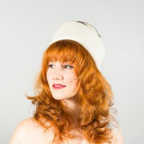 """Vintage hat fra 1960'erne af modemærket """"Anita Pineault"""".  Det er den smukkeste cremefarvet hat med pelsfilt, hvor kronen er kupplet og dekoreret med bølger af kulglaskugler og små perler. Jeg købte den i sin tid af en vintageforhandler på Etsy, men jeg må erkende at størrelsen er for lille, og derfor ikke er brugt.   Size: 21.5 inch, som svarer til en small med 55cm i den indre omkreds."""