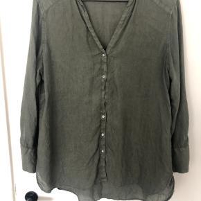 Sælger denne skjorte fra Zara. Der kun er blevet brugt få gange og sælges så de forhåbentlig kan blive brugt lidt mere af en anden.  Har du spørgsmål til skjorten, så spørg endelig 😉