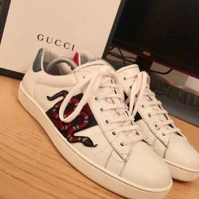 Varetype: Sneakers Farve: Hvid Kvittering haves.  Gucci snake Cond 8/10 Str. 42, fitter halv til hel størrelse større Alt og Fastpris på 2700 Skriv på 28 71 86 11 for flere billeder