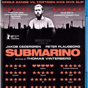 1779 - Submarino (Blu-ray)  Dansk Film - I FOLIE    Submarino  Tekst fra omslag:    Submarino er historien om to brødre, der deler en tragisk hændelse fra barndommen, som ingen af dem kan give slip på. Nick (Jacob Cedergren) bor på et herberg i Københavns Nordvestkvarter. Han er vred, løfter vægte og drikker guldøl. Ikke en mand man skal gå i vejen for. Nicks lillebror (Peter Plaugborg) er alene med sin 6-årige søn, som han forsøger at sikre en god opvækst, midt i sin jagt på det næste skud heroin. En dag beslutter Nick sig for at opsøge sin bror, drevet af håbet om at bryde den onde cirkel, der har præget deres liv. Men er det muligt at forsone sig med fortiden?