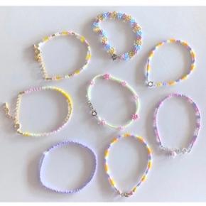 Fine forskellige perlearmbånd 🌸 kan laves i alle farver.   Perfekte til sommer ☀️  Elastik armbånd (som den lyselilla) 25,- pr. stk. 5 for 100,-   Blomster armbånd (som grøn i midten) med lås 40,- pr. stk. 3 for 100,-   Fuldt blomster armbånd (som multifarvet foroven) 60,- 2 for 100,-   Multi med kort lås (to med gul til højre) 40,- pr. stk. 3 for 100,-   Multi med lang lås 50 pr. stk. 3 for 125,-   Skriv gerne med ønsker 💌   Kan laves: - i stort set alle farver - med elastik (uden lås) eller fast snor - med sølv / guld lås  #trendsalesfund