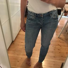 Boyfriend jeans fra H&M i str. 28/32 med lav talje. De har knaplukning.