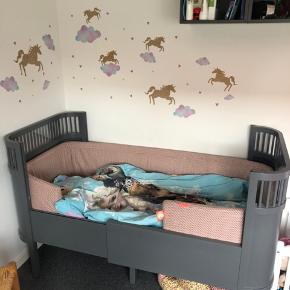 Sebra kili Baby og junior seng  Fremstår meget pænt, men lidt små brugs tegn.  Medfølger madras og sengerand, hvis man øsnker det Kan leveres til Esbjerg Havn .