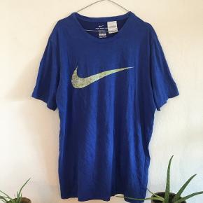 Nike Dri-fit tee med mønster i Nike logoet Se min shop for andet vintage tøj