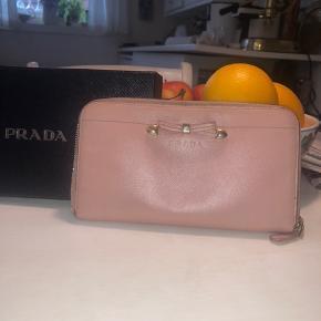 Fin Prada pung i pink, tegn på brug.  Kommer med ægtehedsbevis.