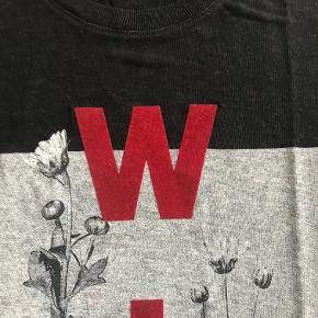 Flot T-shirt, aldrig brugt kun vasket da jeg købte den. Dejlig blød kvalitet. Kan sendes med Dao for 37 kr. eller afhentes i Århus C. Nypris 599 kr. Sælges nu for 150 kr.