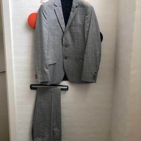 """Bertoni travle suit i str. 30/34 og 48 (jakke). Brugt en aften, fremstår derfor helt nyt og standen er sat som aldrig brugt.  Bertoni har designet det perfekte jakkesæt til rejsende, som er fremstillet af specielt snoet garn, der er spundet i begge retninger. Når de spindes i både """"S""""-twist og """"Z""""-twist opnår jakkesættet en stærkere konstruktion, og materialet kan samtidig genvinde dets originale form efter brug.   Det betyder, at kvaliten bliver modstandsdygtig over for folder. Langt de fleste af Bertoni' Travel Suits er lavet af uld, så udover de gode egenskaber fra den specielle spindingsmetode, har jakkesættet også alle de gode fordele fra ulden.   Jeg bytter ikke, respekter venligst dette. Samtidig betaler køber gebyr ved tshandel (sælger og køber)  Nypris 2300,- Sælges til 475 inkl DAO"""