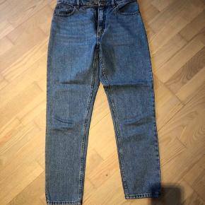 Sælger disse Monki jeans str. 29/30. Næsten ikke brugt, og derfor i helt fin stand. Nypris var 550kr.