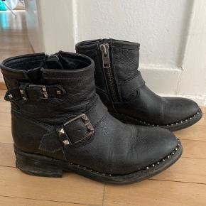 ASH støvler med let nedslidte hæle - fremstår på billeder. Pris sat herefter.