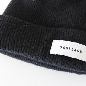 Hue fra Soulland i 100% uld. Jeg har passet godt på den og brugt den maks 20 gange. Ingen brugsspor. Fra ikke-ryger hjem.