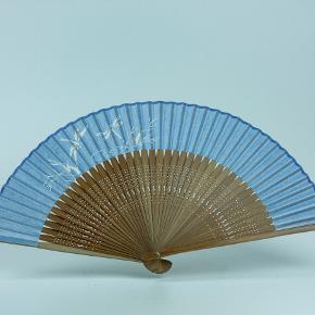 Original håndlavet japansk vifte. Lavet i silke og bambus. 30 x 22,5 cm  Kan evt sendes som brev (10 kr)  Jeg har flere på lager, skriv evt for at få flere eksempler