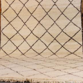 Håndknyttet beni ouarain tæppe fra Marokko. Tykt og lækkert. Klassisk motiv. Har aldrig været brugt. Måler 285 x 165 cm. Kan afhentes eller sendes med GLS