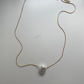 Ny forgyld halskæde med akrylisk perle. Aldrig brugt.