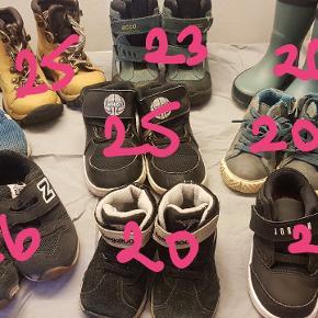 Flere sko i forskellige mærker bl.a. Jordan, Adidas, Nike, mikk-line, New balance, kangaROOS. Skriv for størrelser. Prisen er lige fra 20 kr til 300 kr.