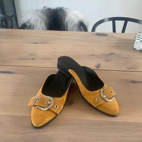 Lækre mules fra Royal Republiq i den smukkeste gule farve. Er aldrig rigtig brugt så fremstår som nye. Bytter ikke