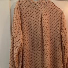 Fin skjortekjole med bindebånd i taljen. Man skal have en underkjole til, da det ikke fulgte med 😊  Sendes på købers regning + gebyr  Hentes i Gentofte