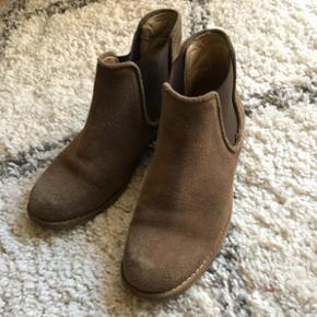 Fine støvler fra MDK i brunt ruskind  Str 36