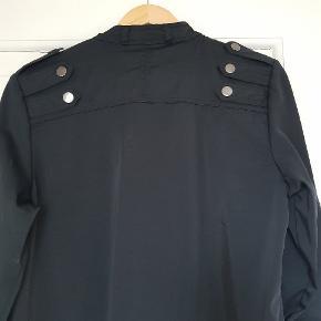 Fedeste kjole med rå detajler/knapper. 55% uld. Virkelig lækker kvalitet. Der er et par små løse tråde foran (se billed 3) de er svære at se, men sælger derfor billigt.