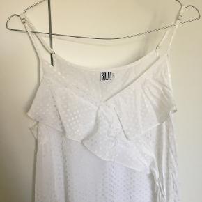 Brugt én gang som kjole til translokation. Har et fint, smalt bånd, man kan sætte i taljen