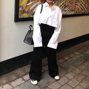 Oversized hvid skjorte 🌸 Den er cropped og meget oversized! Kan bruges til layeringer, så man kan have en trøje under eller kan haves på alene (som jeg har på billederne) 😁  Den er light weight og behageligt at have på!   Størrelse L for en oversized look!   Fejler intet og ingen pletter 👌🏼  Prisen er inkl. fragt hvis den skal sendes 💸  Sender med DAO 📦